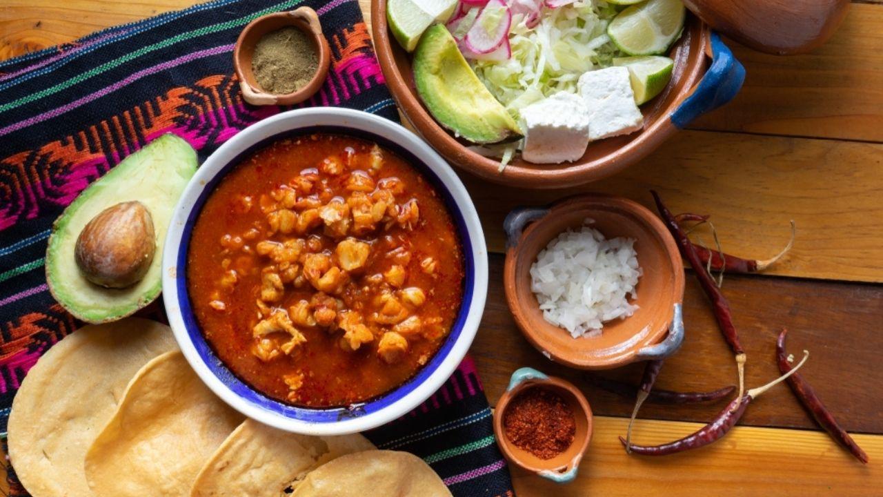 El pozole jalisciense casi siempre lleva chile guajillo.
